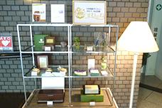 フロント脇ではオルゴールの展示と販売